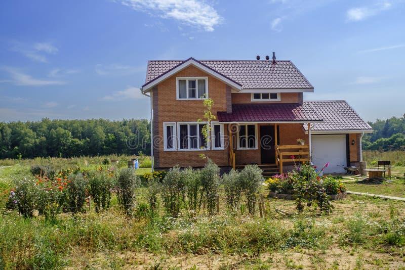 Uma casa na vila fotografia de stock royalty free