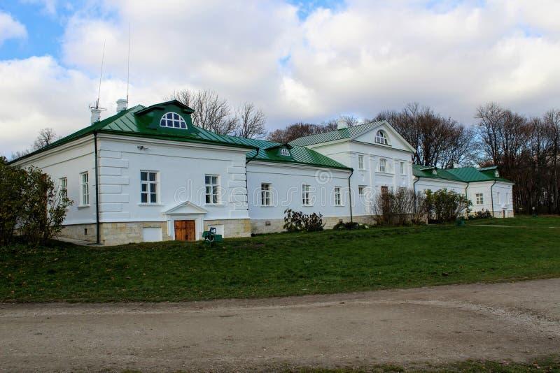 Uma casa neve-branca com um telhado verde na propriedade da contagem Leo Tolstoy em Yasnaya Polyana em outubro de 2017 fotografia de stock royalty free