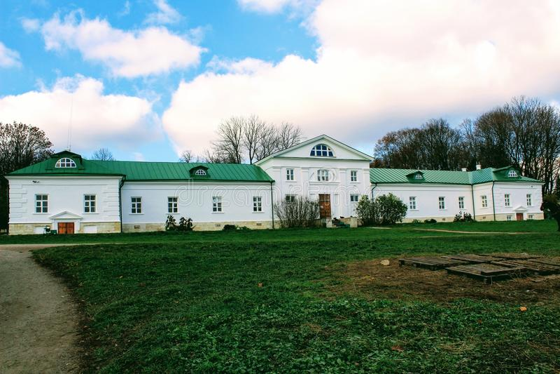 Uma casa neve-branca com um telhado verde na propriedade da contagem Leo Tolstoy em Yasnaya Polyana em outubro de 2017 imagens de stock