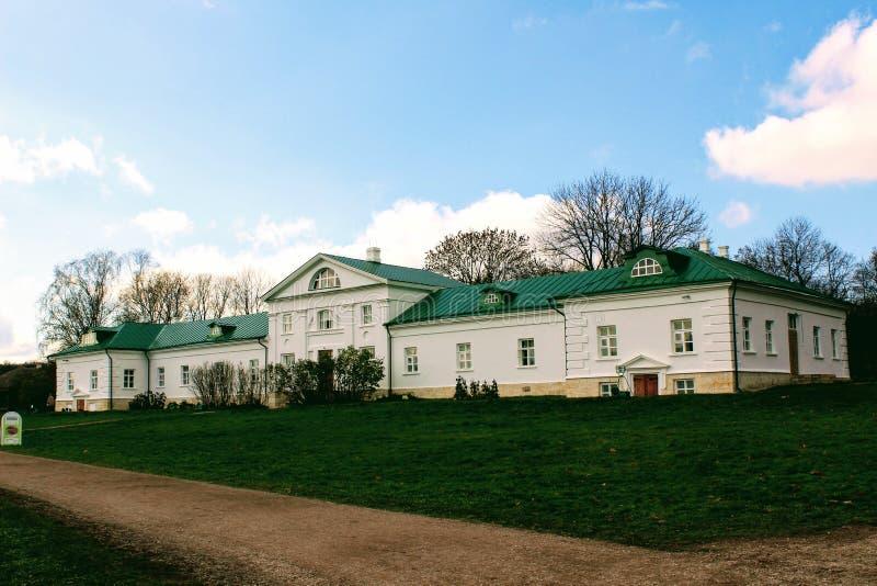 Uma casa neve-branca com um telhado verde na propriedade da contagem Leo Tolstoy em Yasnaya Polyana em outubro de 2017 foto de stock