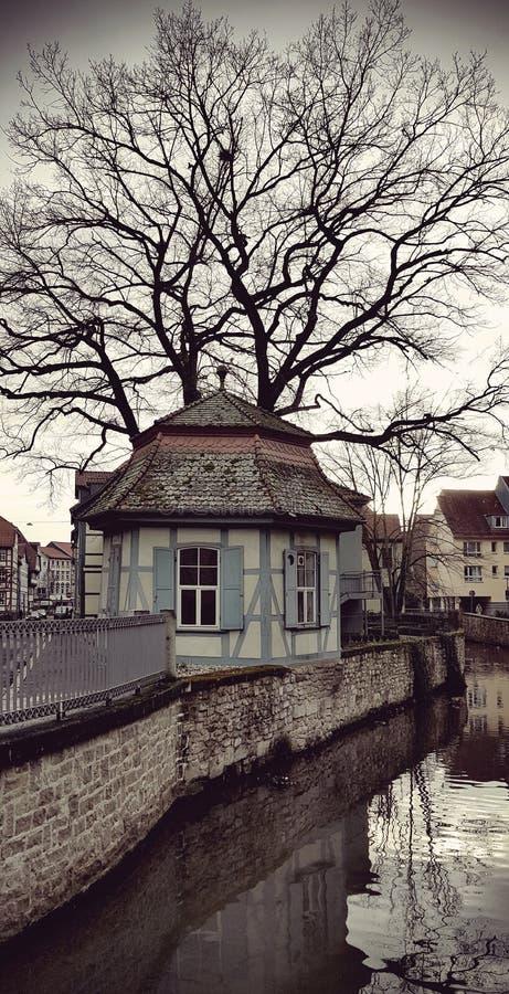 Uma casa no banco de rio fotos de stock royalty free