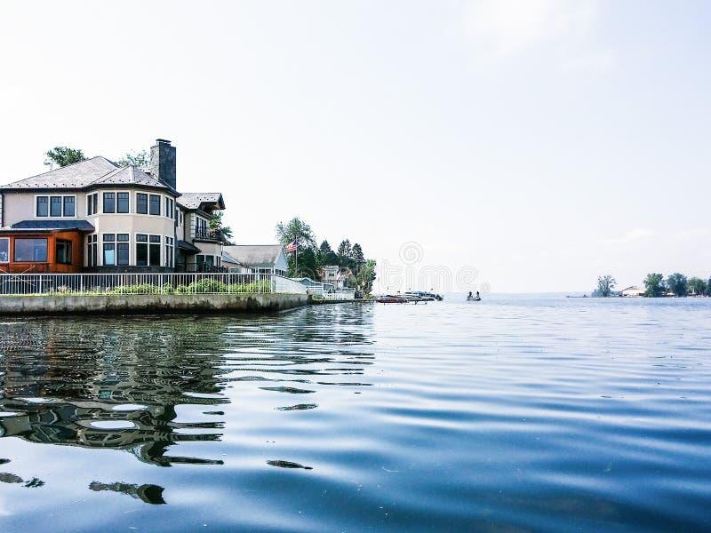 Uma casa no lago fotografia de stock
