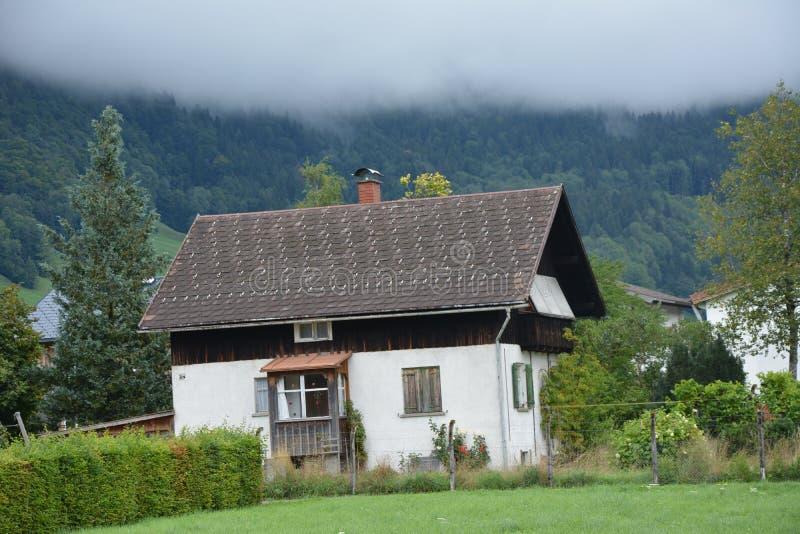 Uma casa pequena nas montanhas de Áustria foto de stock