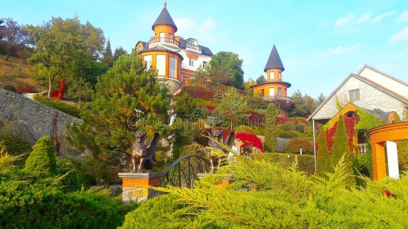 uma casa que olhe como um castelo imagens de stock