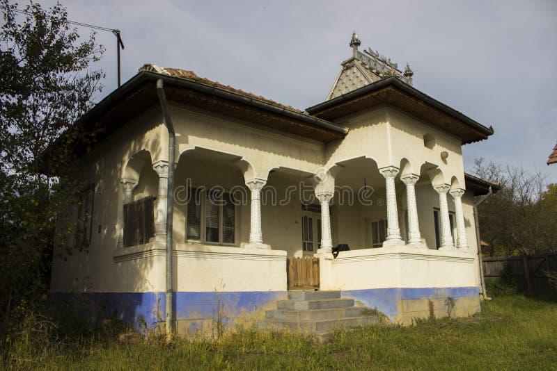 Uma casa rural branca do giz fotografia de stock royalty free