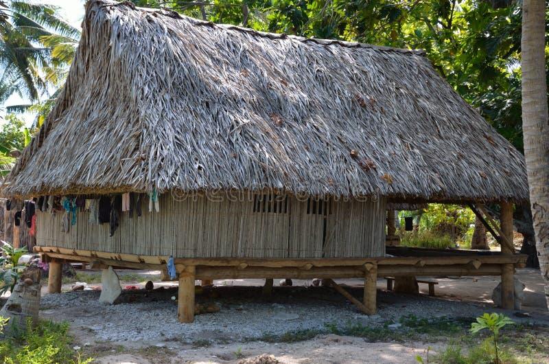 Uma casa tropical da vila da ilha em ventilar a ilha imagem de stock royalty free