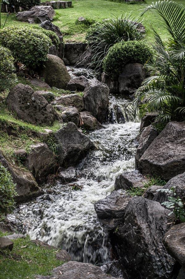 Uma cascata artificial muito bonita imagem de stock