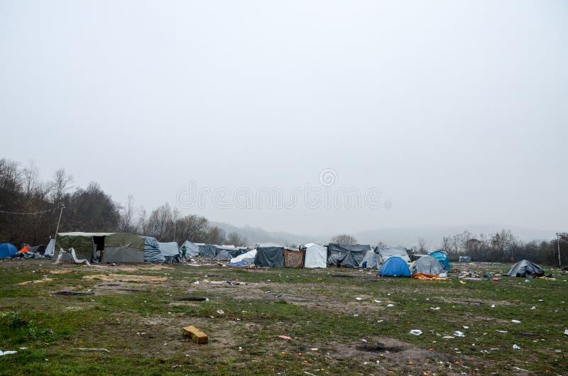 Uma catástrofe humanitária no refugiado e os emigrantes acampam em Bósnia e em Herzegovina A crise emigrante europeia Rota de Bal fotografia de stock royalty free