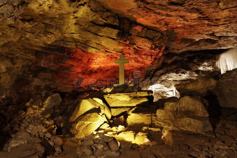 Uma caverna gelada está na borda do Perm imagens de stock royalty free