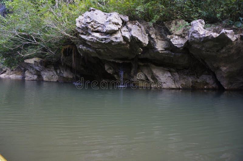 uma caverna pequena no rio fotografia de stock