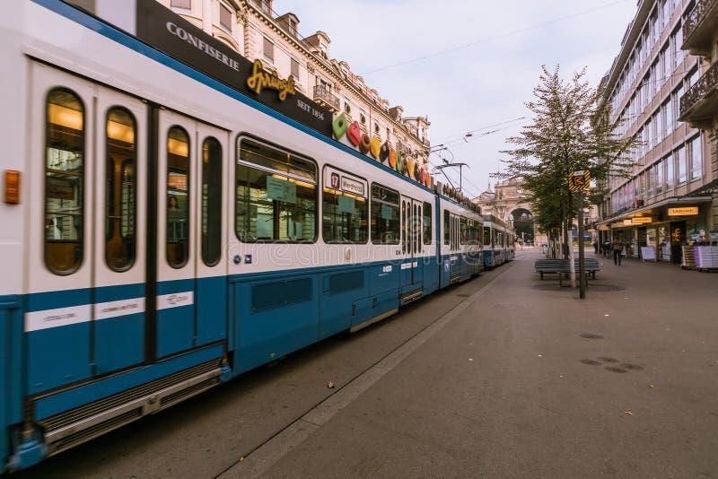 Uma cena urbana com o bonde no Bahnhofstrasse na cidade de Zurique, Suíça imagens de stock