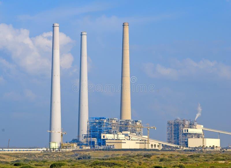 Uma central eléctrica abastecida fóssil fotografia de stock royalty free