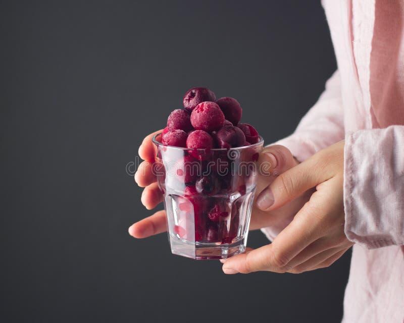 Uma cereja congelada à disposição fotografia de stock