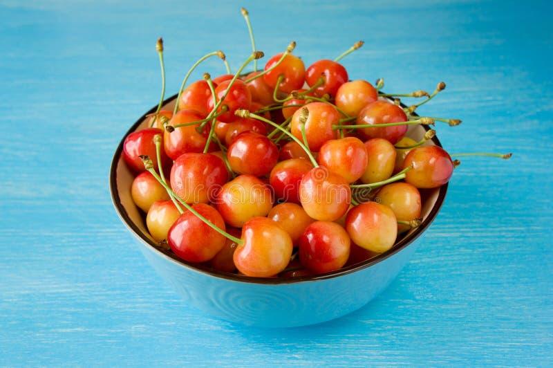 Uma cereja da bacia cerejas doces com uma pele fina e um cremoso grosso imagens de stock