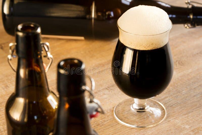 Uma cerveja marrom de vidro, na tabela foto de stock royalty free