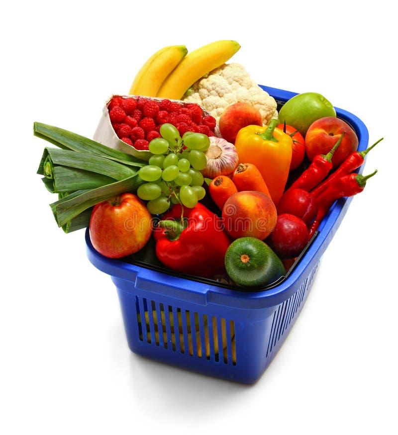 Uma cesta de compra completamente do produto fresco foto de stock