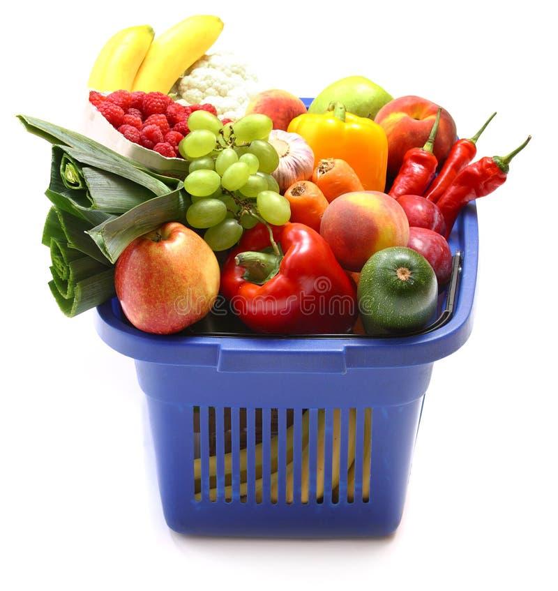 Uma cesta de compra completamente do produto fresco imagem de stock