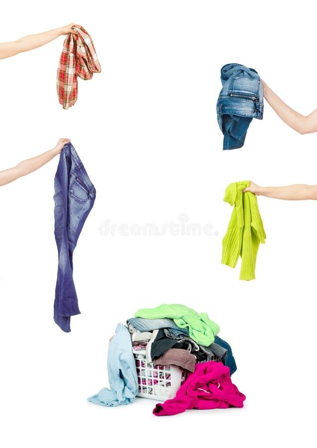 Uma cesta de lavanderia completamente da roupa suja pronta para ser lavado durante imagem de stock royalty free