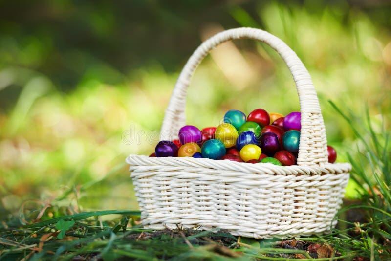 Uma cesta de mão de vime pequena completamente da cereja multicolorido mágica imagem de stock royalty free