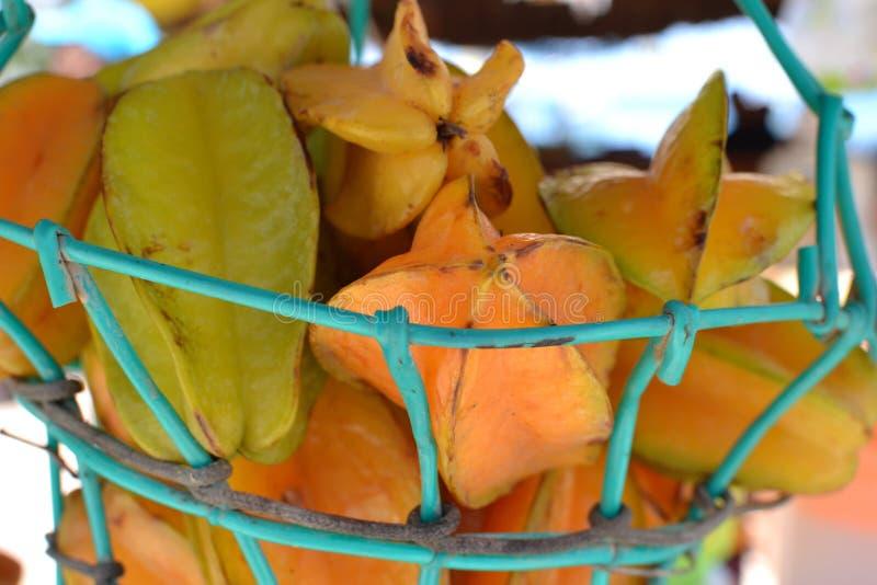 Uma cesta do fruto de estrela em um suporte do suco em Colômbia imagem de stock royalty free