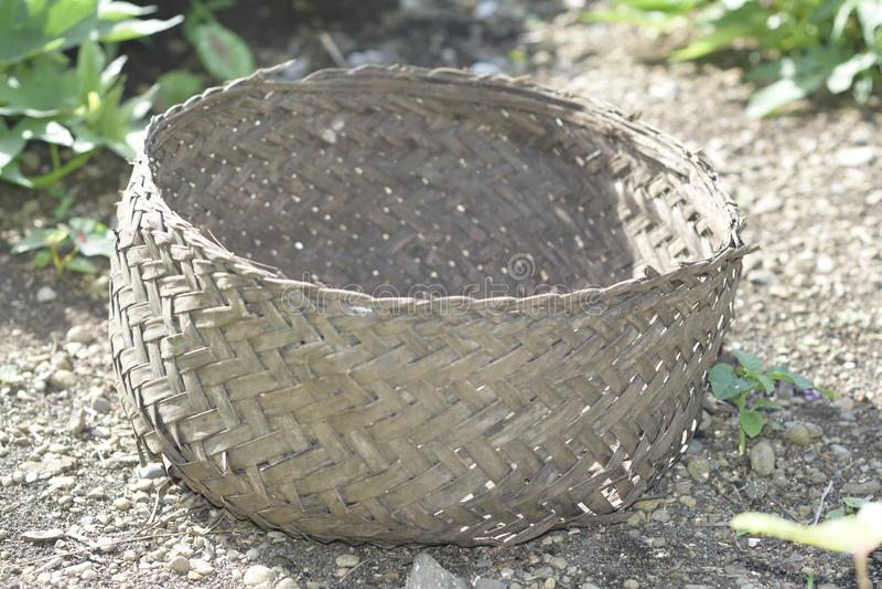 Uma cesta tecida das folhas de palmeira do coco foto de stock