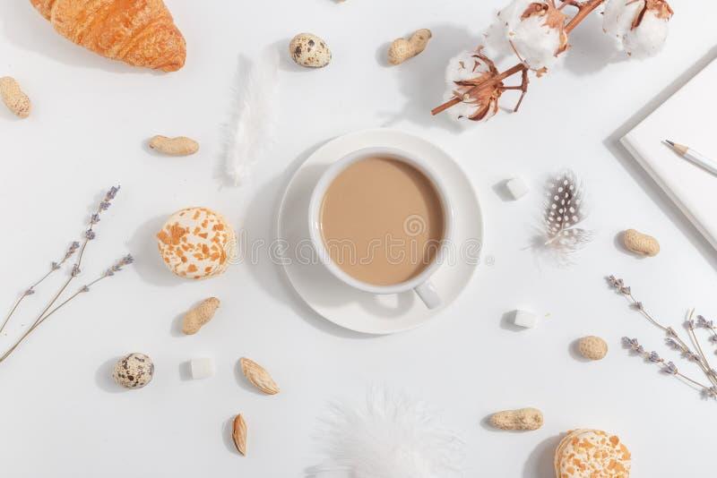 Uma chávena de café com leite Composição com alfazema, porcas em um fundo claro imagem de stock