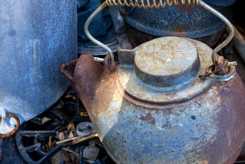 Uma chaleira de chá do ferro do vintage foto de stock royalty free