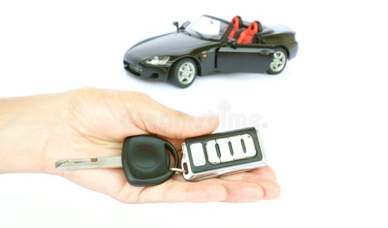 Uma chave do carro e um carro fotos de stock royalty free