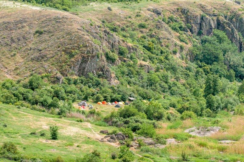 Uma cidade da barraca Os turistas arranjaram acampar no pé das rochas Uma bandeira ucraniana foi aumentada no acampamento imagem de stock