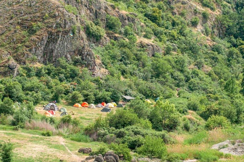 Uma cidade da barraca Os turistas arranjaram acampar no pé das rochas Uma bandeira ucraniana foi aumentada no acampamento imagens de stock royalty free