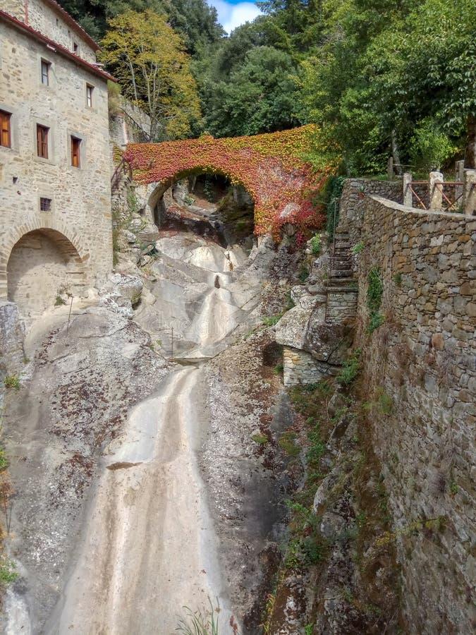 Uma cidade de pedra muito pequena com uma cachoeira sem ?gua fotos de stock