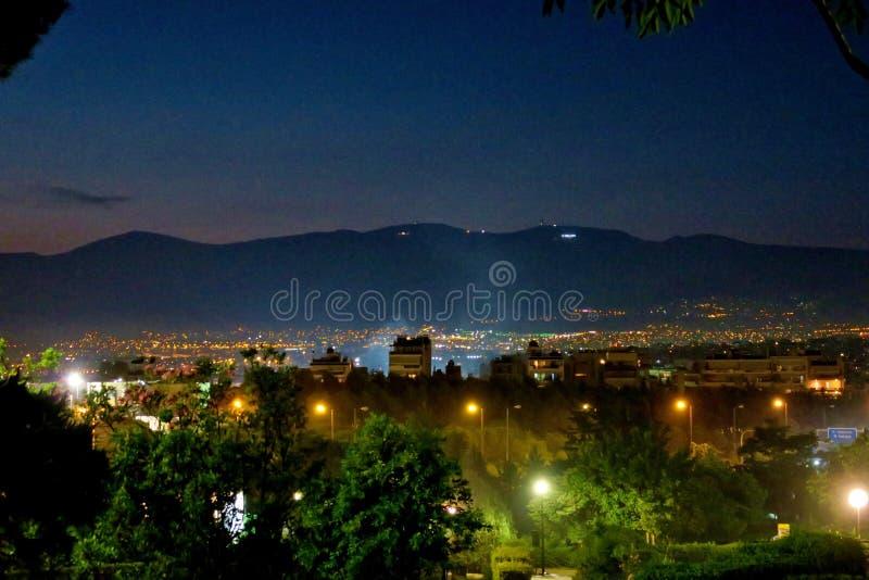 Uma cidade grande da noite em Europa iluminou-se por lanternas fotografia de stock