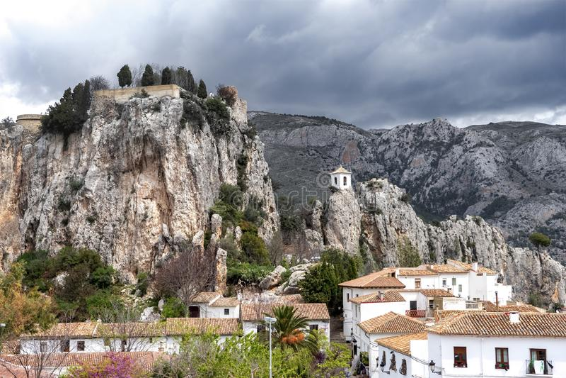 Uma cidade pitoresca em uma área montanhosa com história antiga e herança arquitetónica - Guadalest, Espanha imagens de stock royalty free