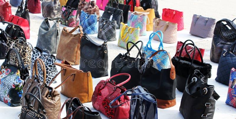Uma coleção colorida das bolsas das mulheres fotos de stock royalty free