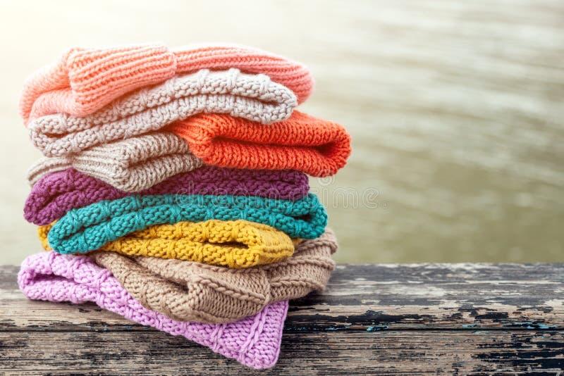 Uma coleção colorida de bobble os chapéus alinhados fotos de stock