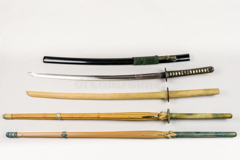 Uma coleção das armas para treinar, do equipamento para o esporte japonês Iaido e do Kendo fotos de stock