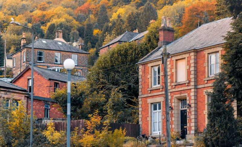 Uma coleção das casas baseadas na cidade da floresta do banho de Matlock fotografia de stock royalty free