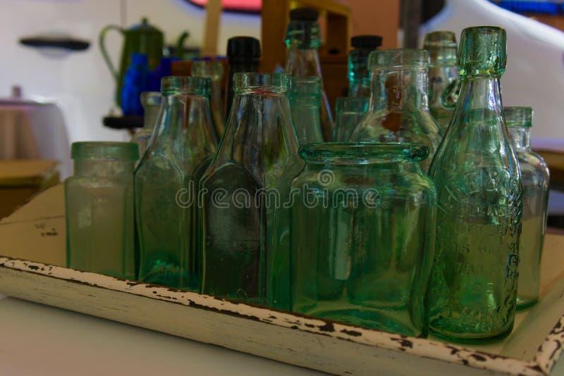 Uma coleção das garrafas de vidro imagens de stock royalty free