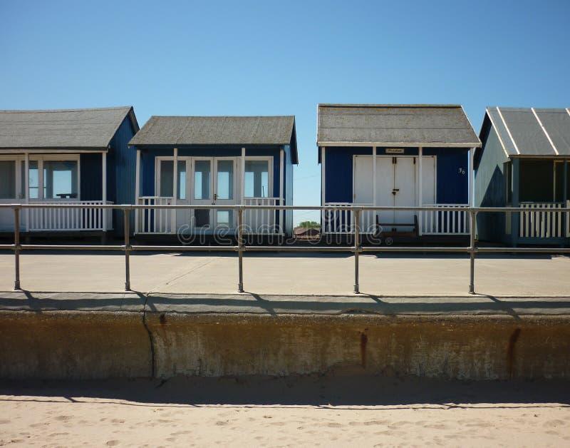Uma coleção de cabanas da praia, Sutton no mar imagens de stock royalty free