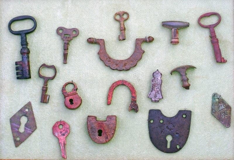 Uma coleção de chaves muito velhas e de fechamentos fotografia de stock
