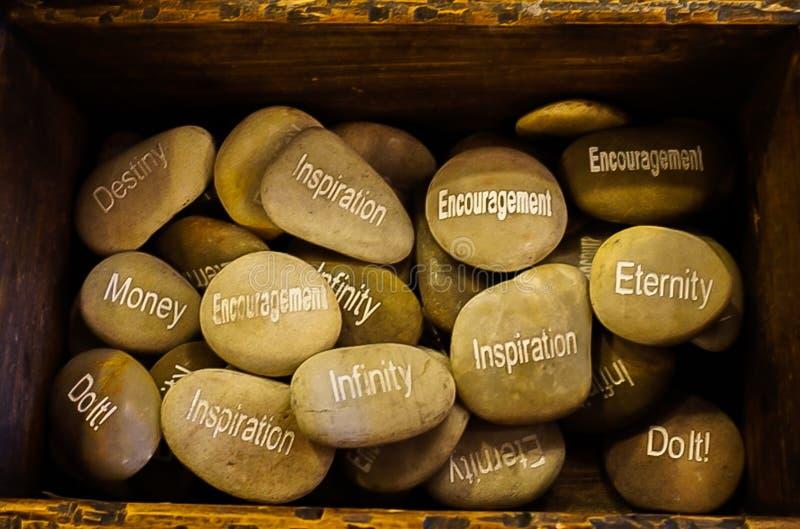 Uma coleção de pedras inspiradas com o destino das palavras, segunda-feira foto de stock