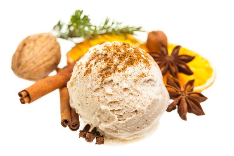 Uma colher do Natal do gelado da canela com especiarias foto de stock