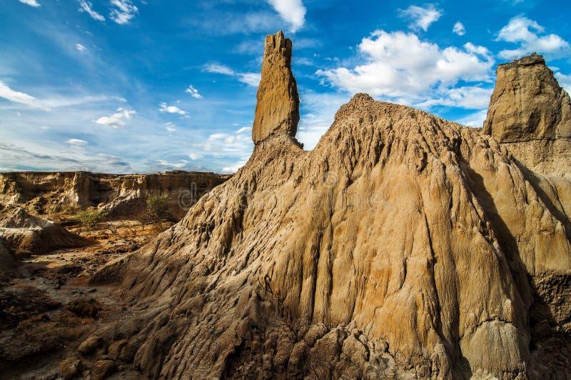 Uma coluna de pedra branca em um deserto imagem de stock