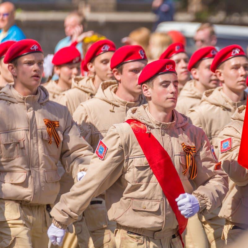 Uma coluna dos soldados na parada imagens de stock royalty free