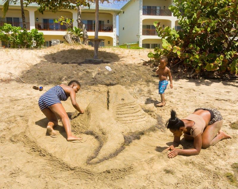 Uma competição anual do castelo de areia nas ilhas de barlavento fotografia de stock royalty free