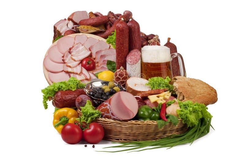 Uma composição da carne e dos vegetais com cerveja fotografia de stock royalty free