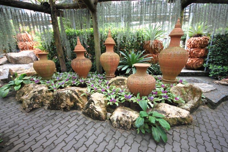 Uma composição dos potenciômetros com as flor-camas no jardim botânico tropical de Nong Nooch perto da cidade de Pattaya em Tailâ imagem de stock royalty free