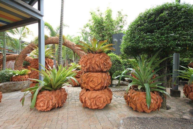 Uma composição dos potenciômetros com as flores no jardim botânico tropical de Nong Nooch perto da cidade de Pattaya em Tailândia fotos de stock royalty free