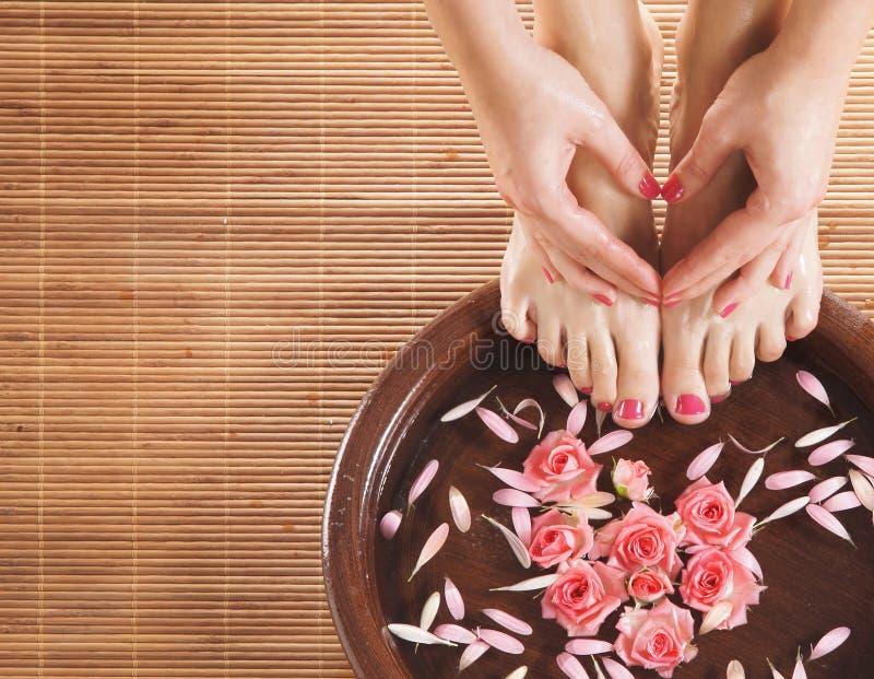 Uma composição dos termas dos pés e das mãos em uma bacia fotografia de stock royalty free