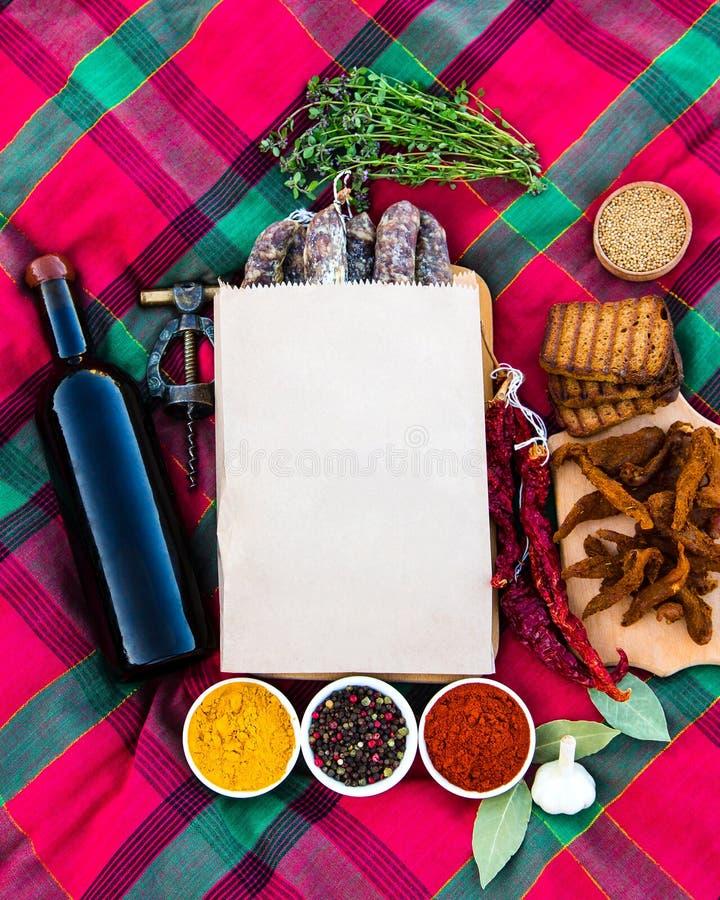 Uma composição maravilhosa no fundo da grama Carne, sausag fotos de stock royalty free